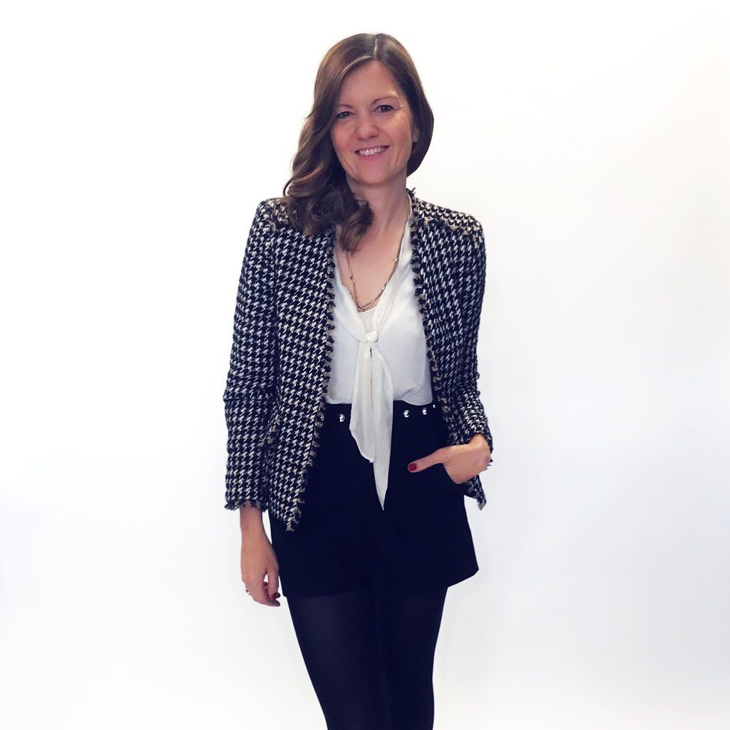 If you are one of those ladies who are desperately looking for the perfect outfit in front of their overflowing wardrobe in the morning, you are not alone! How would you like to build up your ideal wardrobe and to put together beautiful outfits for every occasion? Here are a few tips that work a long way